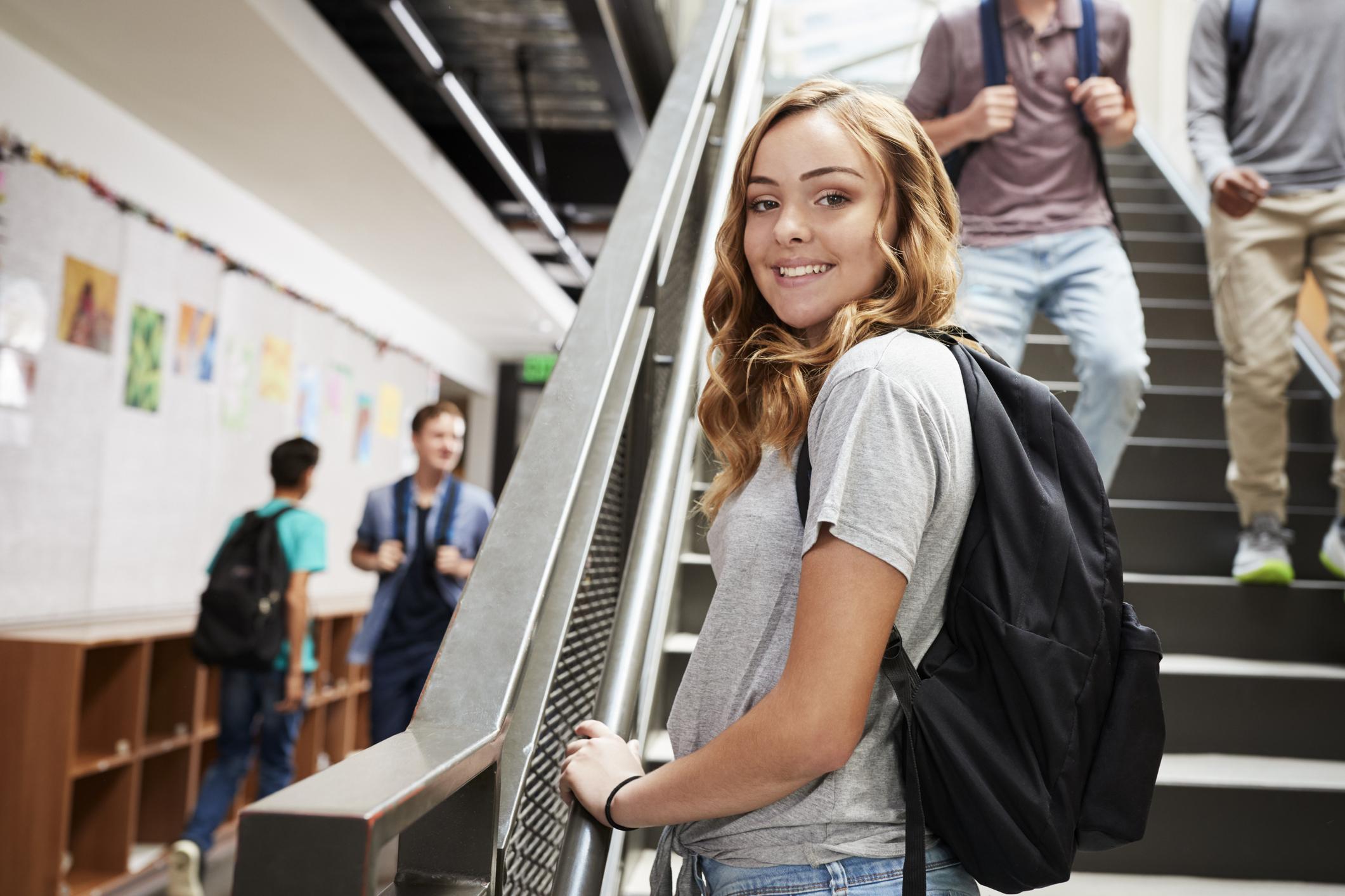 licealistka stojąca na schodach w niepublicznym liceum