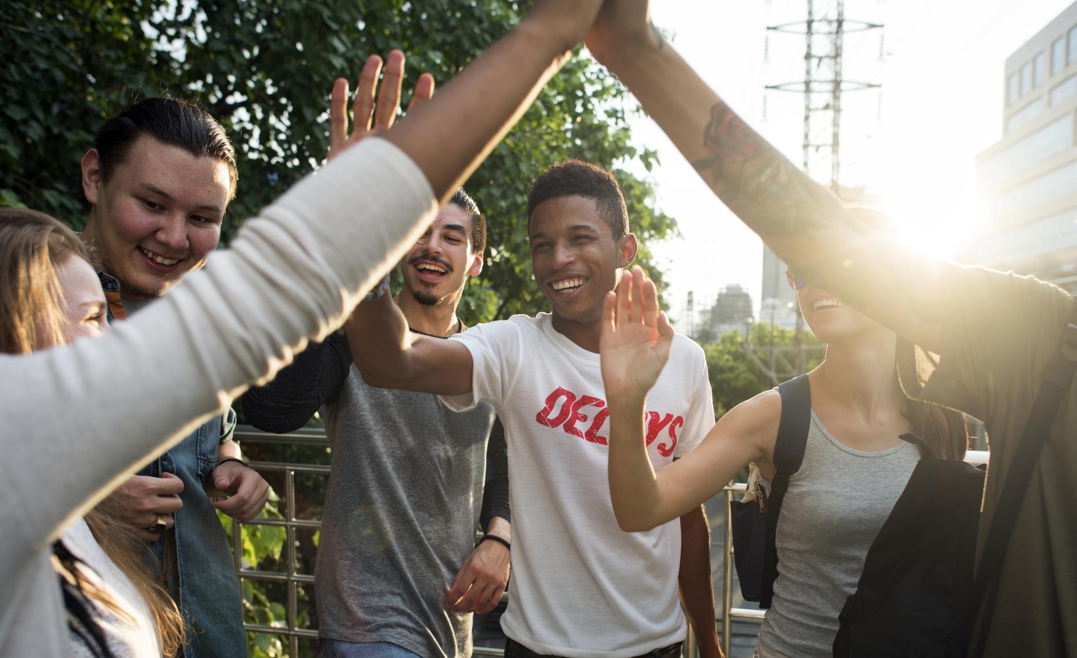 zadowoleni uczniowie przybijają sobie piątkę po egzaminie