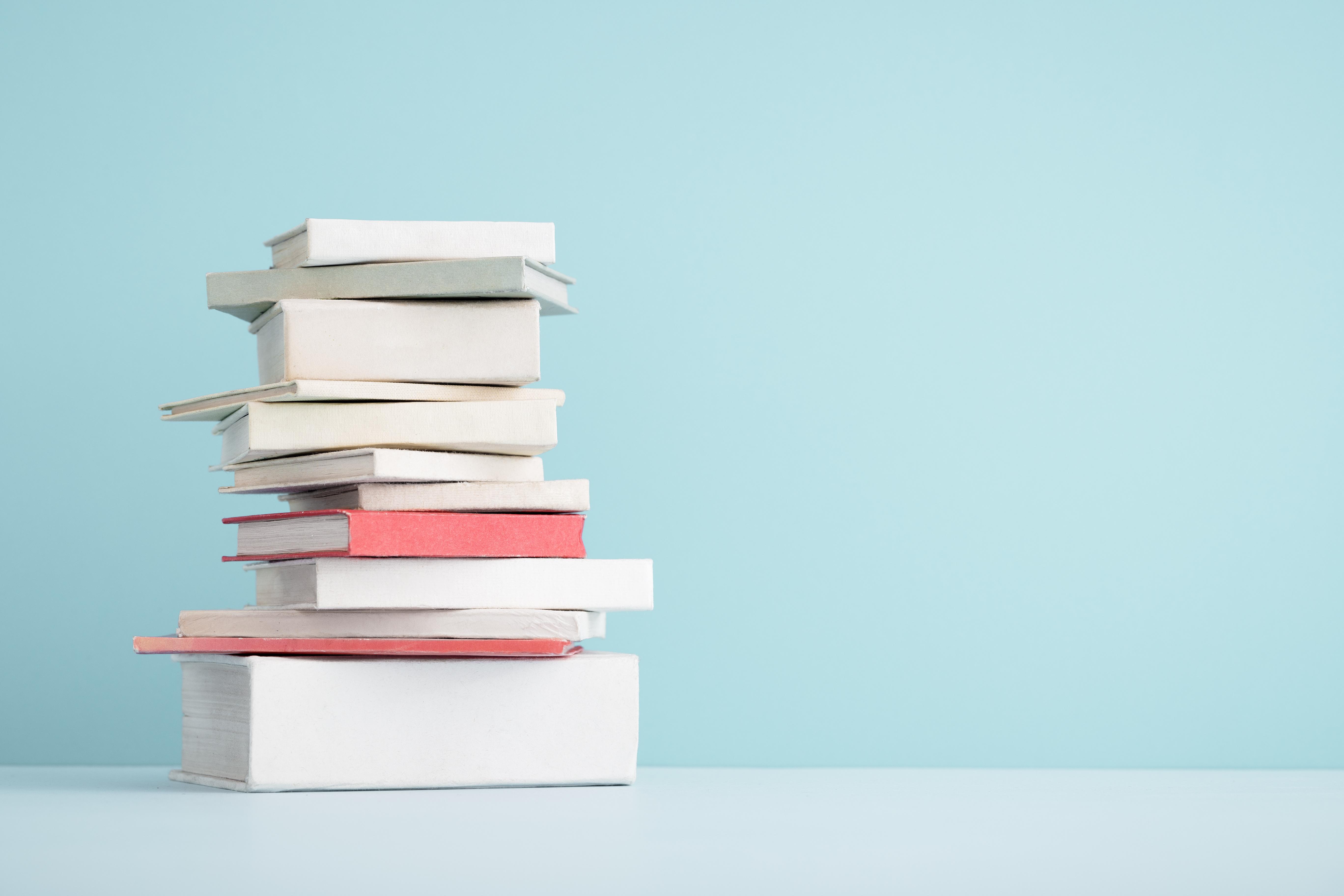 kilka książek na stole